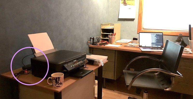 Heimekontoret med printer og sirkel rundt raspberry pi.