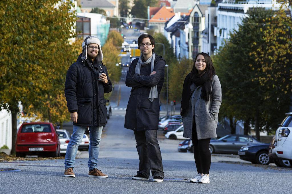 Bilde av oss i Thunki oppstilt på en gate i Bergen, med Fløyen som bakgrunn.