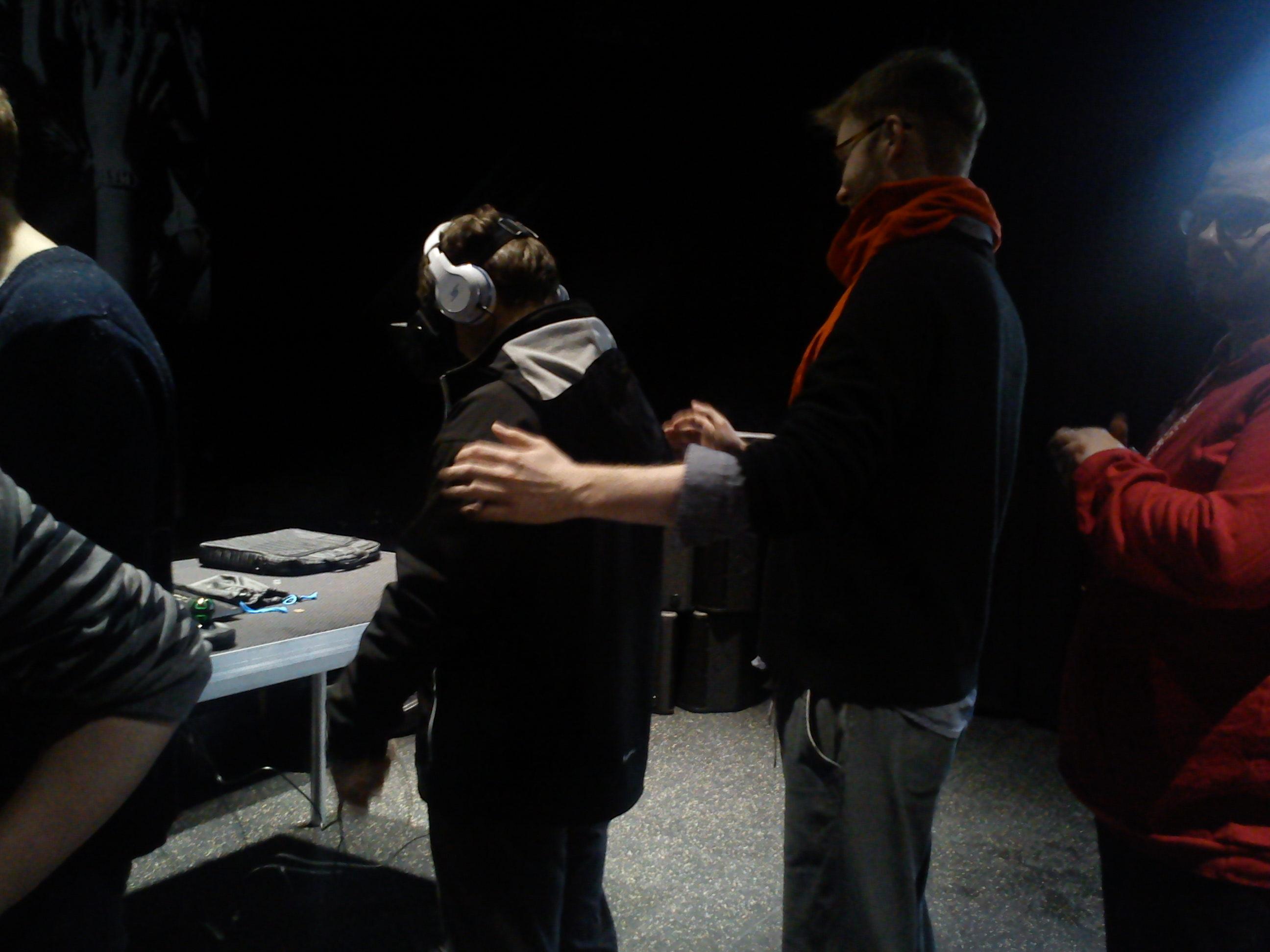 Oculus Rift, her har VR teknologien blitt så bra at det var ein reel fare for at folk falt overrende eller skulle gjere noko anna overilt difor måtte nokon alltid stå å passe på.
